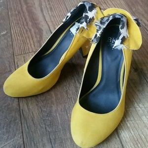 BKE Buckle Yellow Suede Ruffle Stiletto Shoes 8M